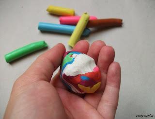 Kula z różnych kolorów plasteliny