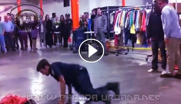 VIDEO INSOLITO: Un policía de Nueva York reta y vence a un bailarín de Break Dance.