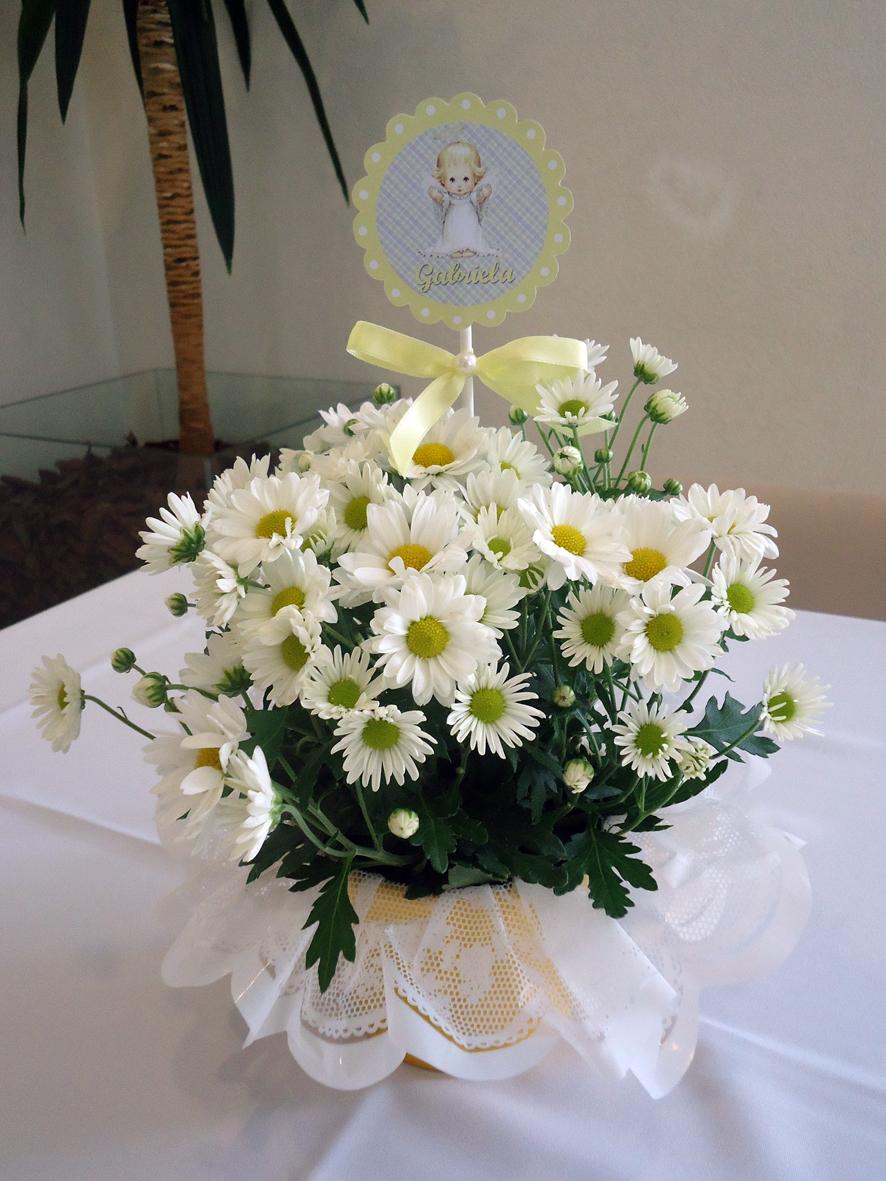 Arte Poesia Festas Batizado Menina anjinho cor amarelo e lilas Decoraç u00e3o cachep u00f4 de flores  -> Decoracao Centro De Mesa Batizado