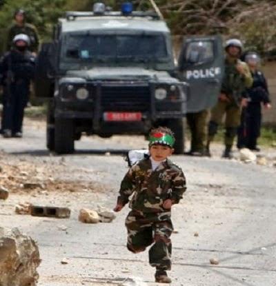 Budak 5 tahun lempar batu kepada rejim Israel