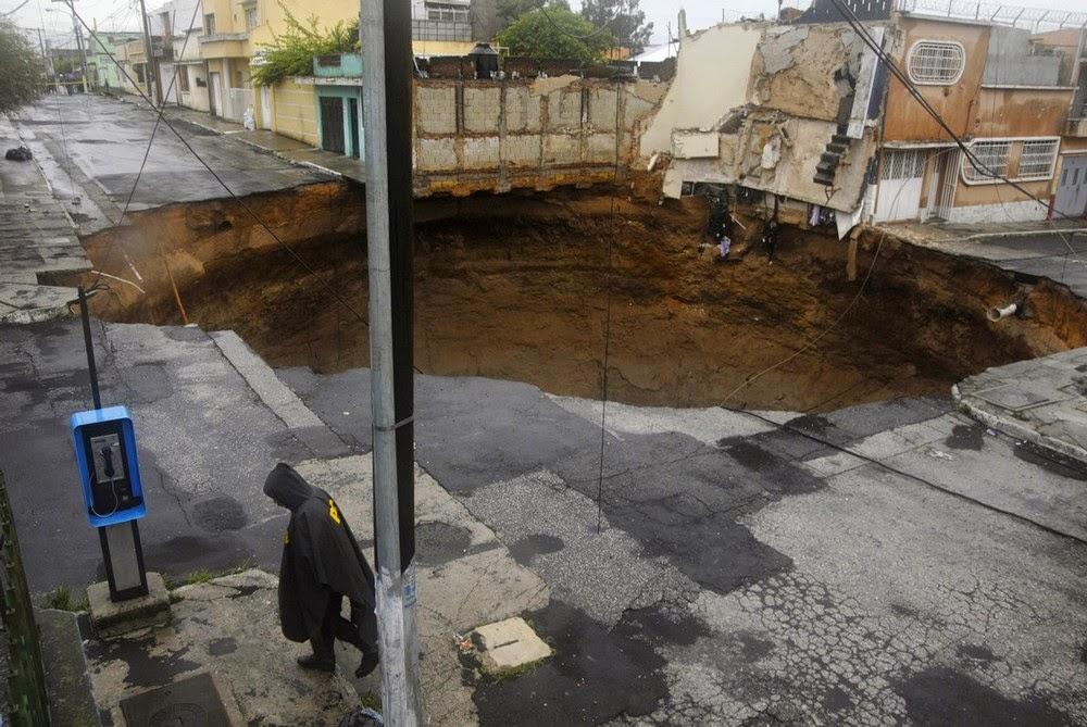 Γιγάντια τρύπα στη Γουατεμάλα προκαλεί δέος...!!!