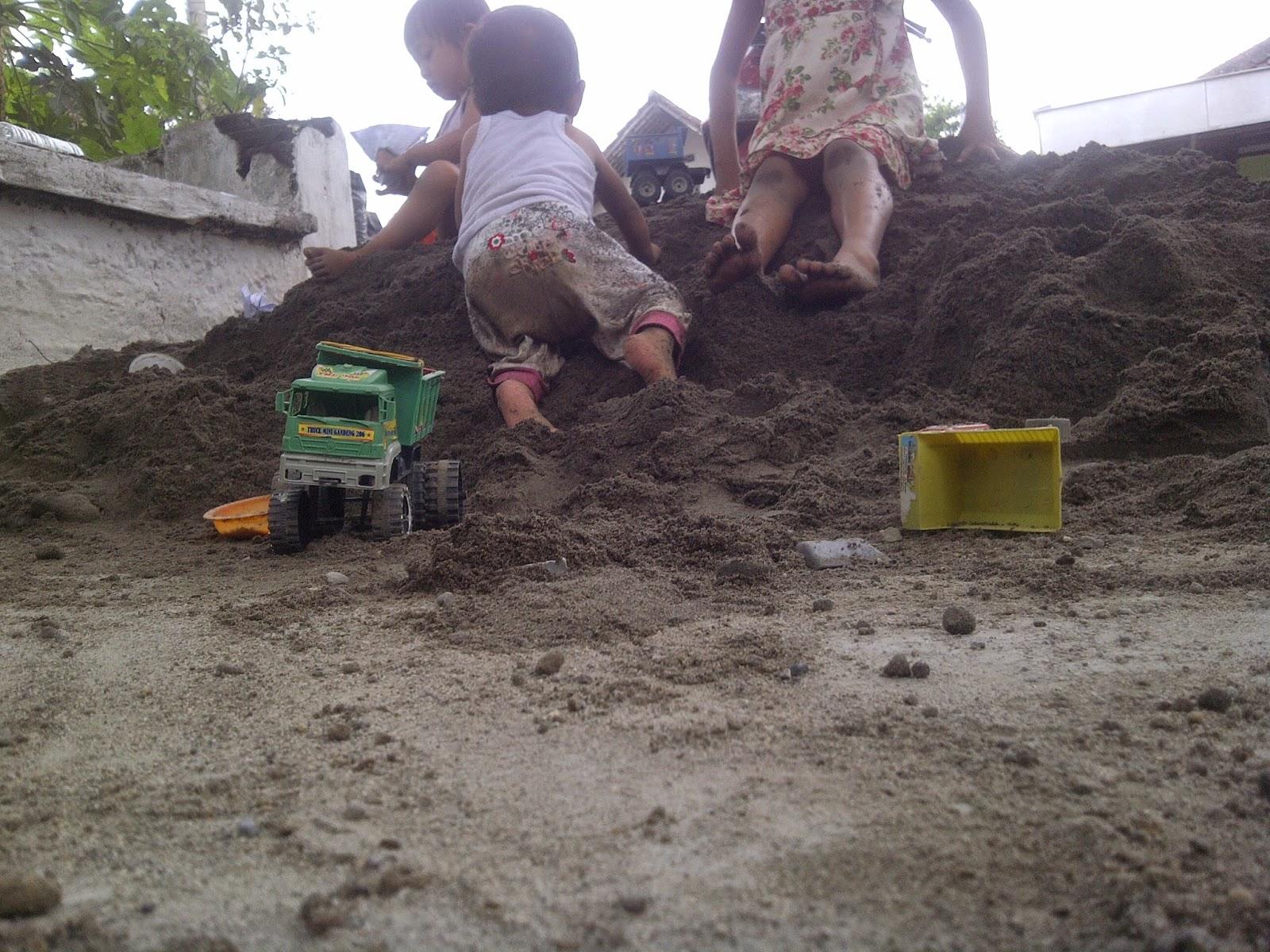 Anak Balita 1 Tahun Bermain Pasir