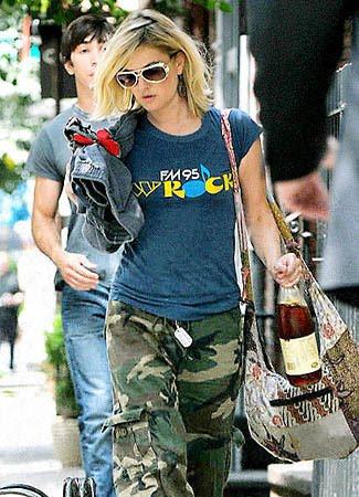 Foto Drew Barrymore Menggunakan Tas Batik