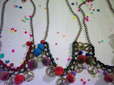 Gargantillas de la paz con pompones de colores y cinta de gamuza enroscada!