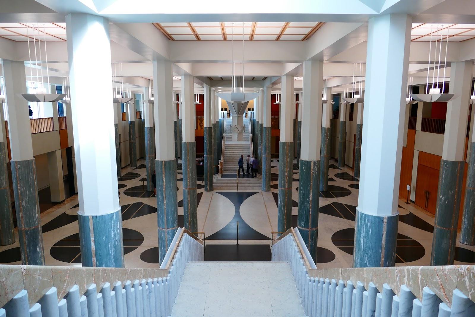 ....teilte Uns Der Guide Mit, Dass Der Weiße Mamor, Welcher Die Eingangshalle  Schmückt Aus Keiner Geringeren Norditalienischen Stadt Als Carrrrrrrrrara  ...