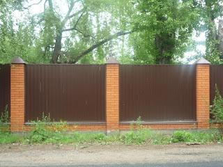 Забор из профлиста с кирпичными столбами. Фото 35