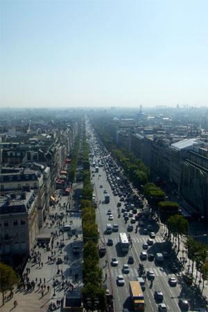 凱旋門から見たシャンゼリゼ大通り.