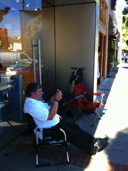 Steve Wozinak in the line for iPhone 4S