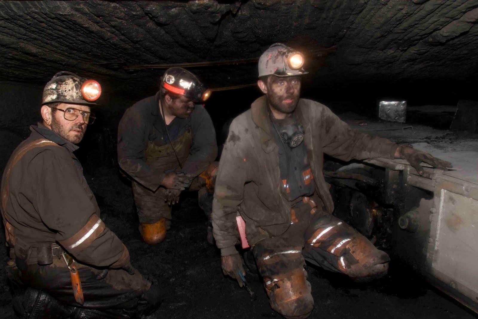 Стенд фотографий погибших на шахте северной