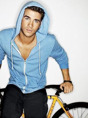 Liam Hemsworth con buzo y en bicicleta