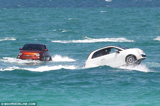 IMEJ menunjukkan dua buah kereta Fiat 500 sedang meluncur laju di permukaan laut perairan Miami kelmarin.