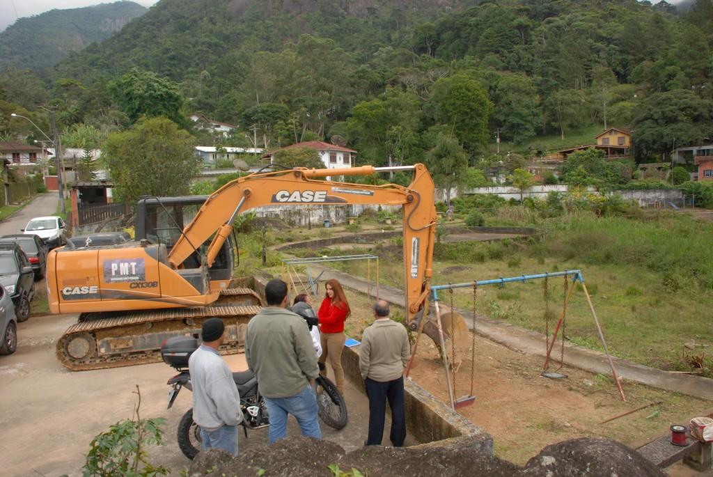 Uma escavadeira hidráulica também está no local para realizar o trabalho de desassoreamento do lago. Serviços de jardinagem e contenção fazem parte do projeto de recuperação do Lago Iacy