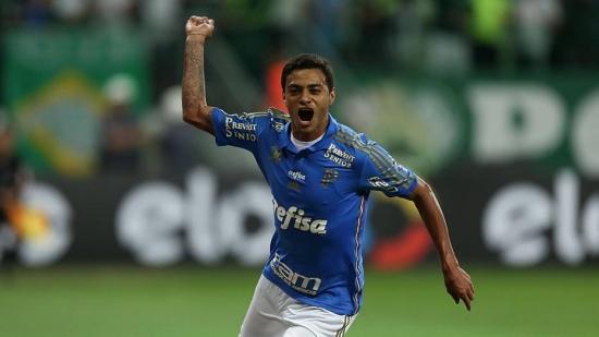 Com gols de Cleiton Xavier (foto) e Rafael Marques, o Palmeiras largou com vantagem nas oitavas da Copa do Brasil ao fazer 2 a 1 no Cruzeiro, em casa