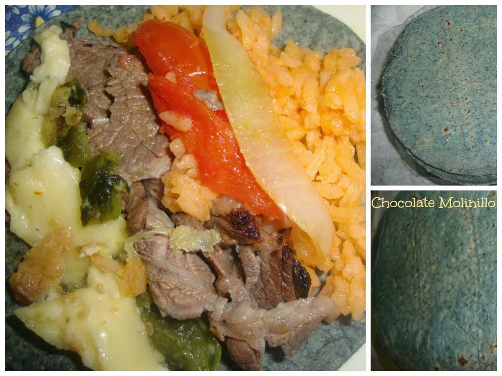 Taco de carne, arroz, poblano y tortilla azul