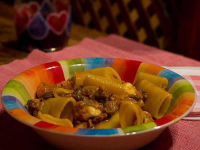 paccheri saltati con pomodorini, morchelle, salsiccia e mozzarella di bufala