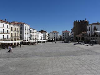 Plaza Mayor de Cáceres, de forma rectangular y despejada rodeada de soportales con restaurantes para tapear.