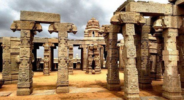 Veerabhadra, Kuil unik yang mempunyai pilar tergantung