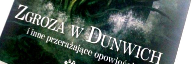 """Cthulhu. Lovecraft. Kto nie słyszał o sławnym pisarzu jak i równie znanym, mitycznym bóstwie? Samotnik z Providence, żyjący na przełomie dwóch wieków, na stałe zapisał się w umysłach miłośników literatury jako twórca genialnych, przerażających opowiadań, w których jednostka ludzka mierzy się z Nieznanym. Pierwotnym. Lovecraft, tak bardzo niedoceniany za życia, został uznany za wybitnego pisarza dopiero po śmierci, a czytelnicy na całym świecie okrzyknęli go Mistrzem literatury grozy. To moje pierwsze spotkanie z jego twórczością i już teraz mogę Wam powiedzieć, że jestem zaszokowany, zdumiony i przerażony.  """"Zgroza w Dunwich i inne przerażające opowieści"""" to zbiór piętnastu, starannie wyselekcjonowanych opowiadań Lovecrafta. Ułożone zostały w porządku chronologicznym, co jest już pierwszym, dużym plusem. Czytelnik zostaje zabrany w swoistą podróż przez twórczość pisarza - od początków w 1917 roku, aż do ostatnich tekstów z 1937. Dwadzieścia lat, które na stałe zmieniły światową literaturę.   Pomysł Lovecrafta był prosty. Jako zadeklarowany ateista tworzy swoją własną mitologię, strasząc ludzkość przerażającymi Przedwiecznymi. W tym chaosie umiejscawia typowego samotnika, jakim był on sam, ponad przeciętnie inteligentnego, który na wskutek wydarzeń z własnego życia zaczyna popadać w obłęd. Niewytłumaczalne zjawiska zdarzają się coraz częściej, a nikt, nawet nasz bohater nie jest świadomy grozy i potworności jakie go czekają. Lovecraft zabiera nas w przejażdżkę w głąb swojego umysłu, gdzie R'lyeh Cthulhu, Azathoth, Nyarlathotep i inni stanowią realne zagrożenia dla gatunku ludzkiego, a wszystkie plugastwa i okropności przedwiecznego świata wkradają się do naszej rzeczywistości. Wszystko to utrzymane jest w mrocznej, przerażającej atmosferze rodem z gotyku.   Opowiadania Lovecrafta to nie tylko groza i czyhające niebezpieczeństwo - to niejako praca badawcza ludzkiego umysłu, jego ograniczeń. Pisarz, stawiając na piedestale bohatera typowego samotnika automatycznie nast"""