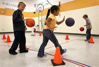 immagine di bambini che giocano a palla