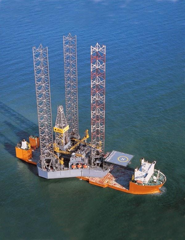 nave trasporta piattaforma petrolifera
