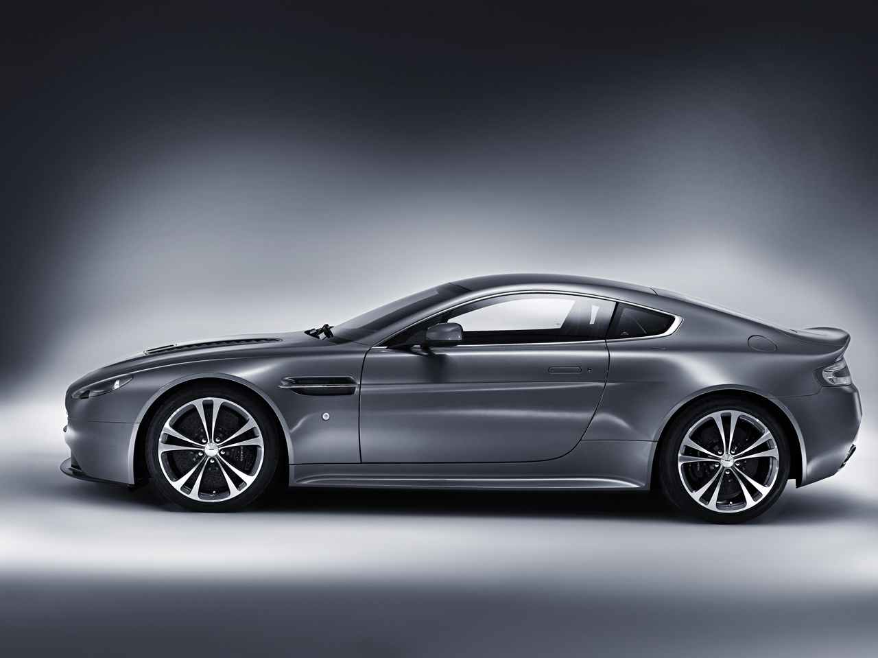 aston martin v12 vantage carincarwallapers. Black Bedroom Furniture Sets. Home Design Ideas