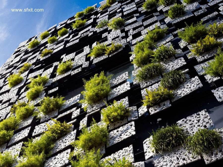 Fachada de piezas geométricas y plantas vivas