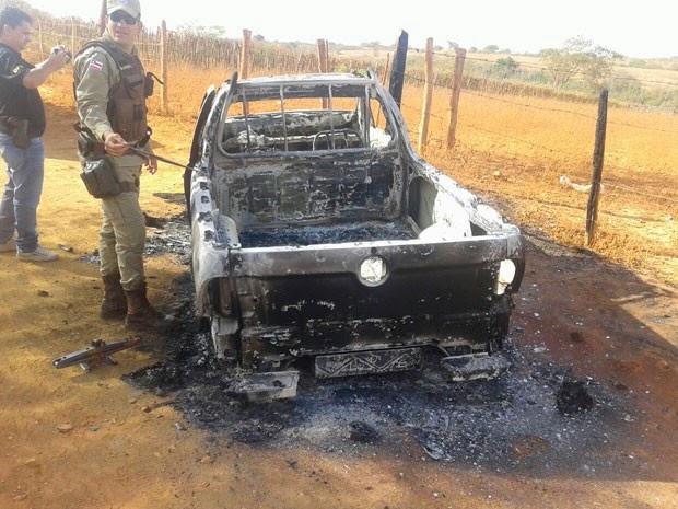 Caminhonete usada por criminosos é incendiado em Caranana, na Bahia (Foto: Divulgação/PC)