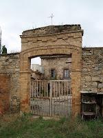 Portada d'entrada al barri de la masia Coromines