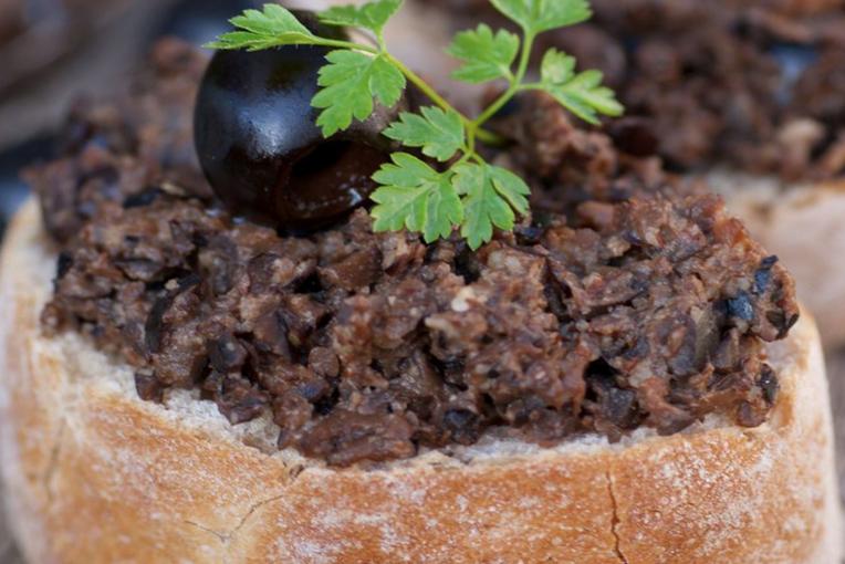 Brot mit Olivenpaste und Olive
