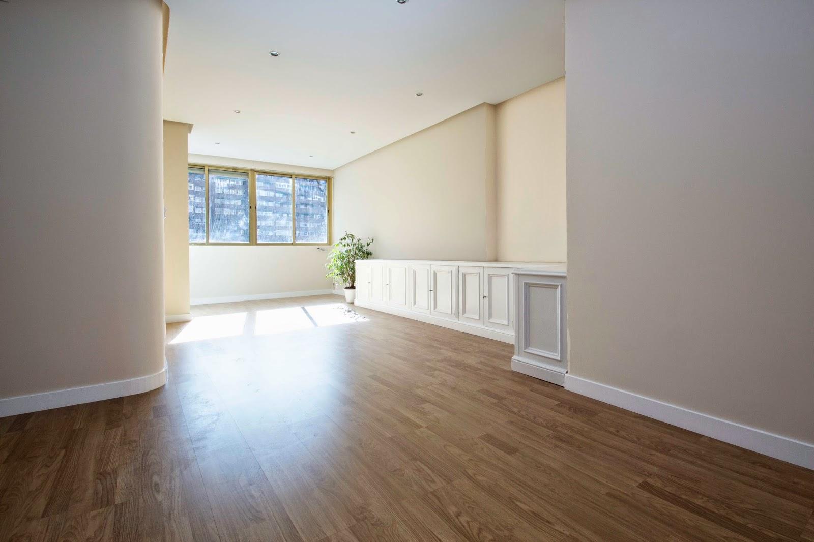 Cuanto vale reformar un piso top comedor escalera estilo moderno color beige gris negro diseado - Cuanto cuesta amueblar un piso ...