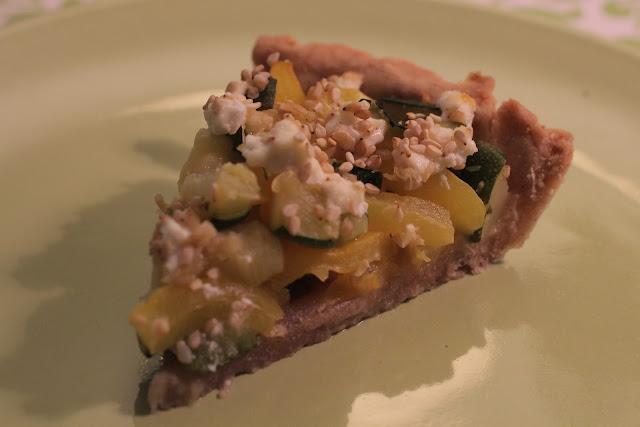 Une tarte courgette-poivron, saupoudrée de chèvre frais !