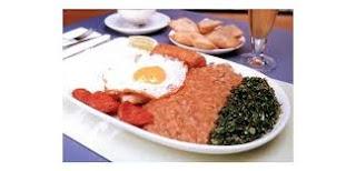 comida brasileira - feijoada, arroz branco, ovo, linguiça - delicioso.