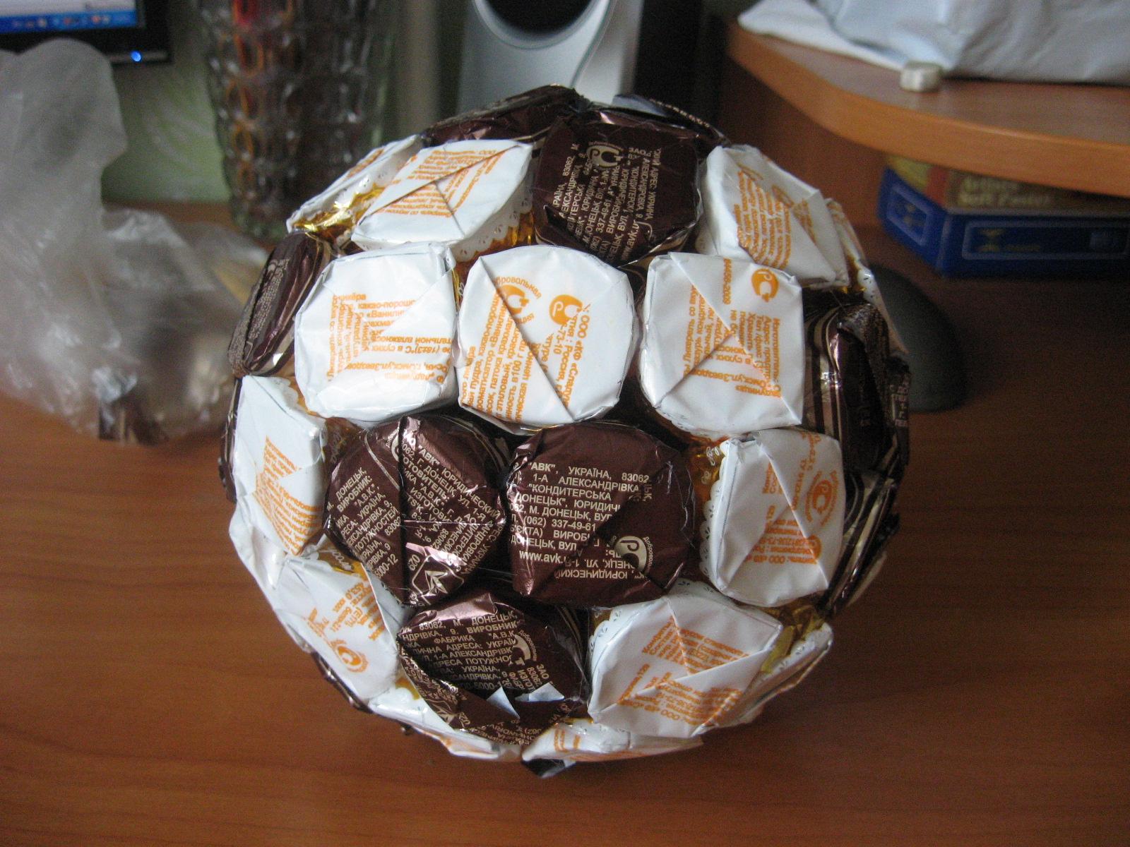Подарки для мальчиков из конфет своими руками