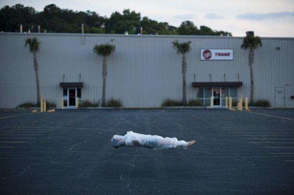 andrew brodhead fotografia pessoas embrulhadas em plástico flutuando natureza