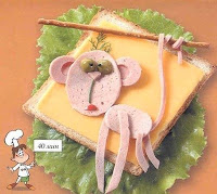 обезьяна из колбасы на бутерброд