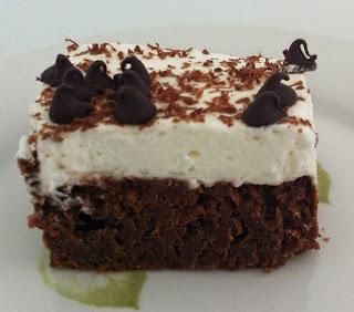 מתכון עוגת בראוניז שוקולד עם שקדים וקצפת