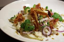 Salaatti endiivistä, gorgonzolasta ja pancettasta