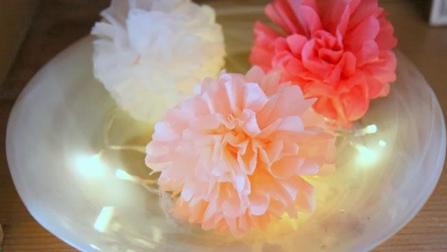 Pompoms in Koralle, weiß und lachs - Weihnachtsdeko in der Schale