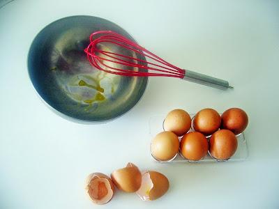 varillas, bol y huevos