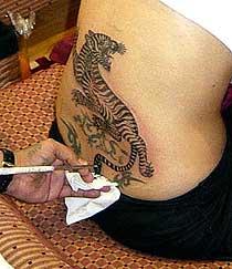 Τα τατουάζ της αντζελίνα τζολί !!!