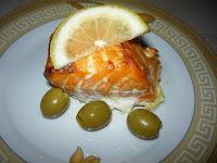Красная рыба, запеченная в сливках: Украсить кусочек семги долькой лимона и оливками