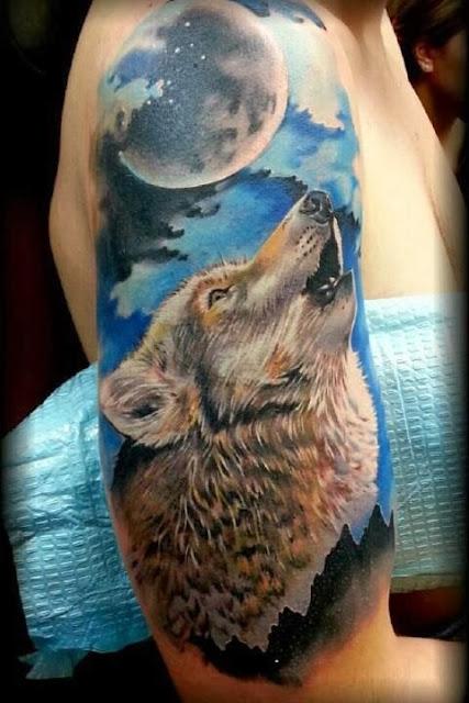 Tatuaje de lobo aullando a la luna a color