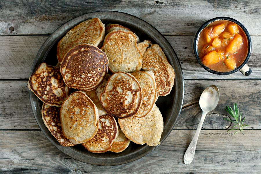 Gryczane pancakes z brzoskwiniami z rozmarynem