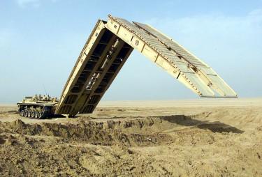 10 Kendaraan Militer Paling di Dunia: Kendaraan Lapis Baja M60A1 - Launched Bridge (AVLB)