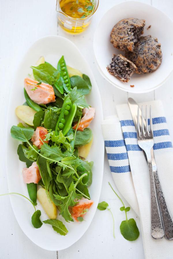 presentación en plato largo de ensalada salmón guisantes y lechuga
