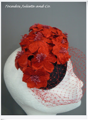 tocado flores rojas