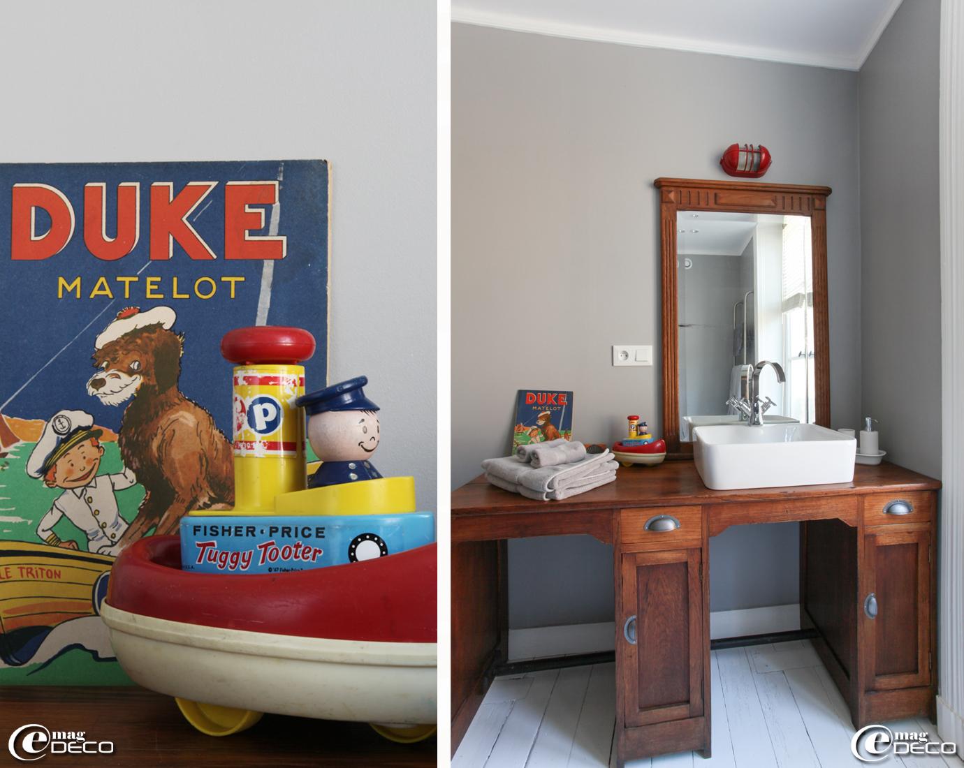 Un double bureau ancien acheté à la brocante 'L'Horloge Penchée' se métamorphose en meuble de toilette, un livre d'enfant ancien 'Duke et le Matelot' chiné sur 'eBay' et un bateau 'Fisher Price' datant de 1967 dégoté chez 'Les happy vintage.fr'