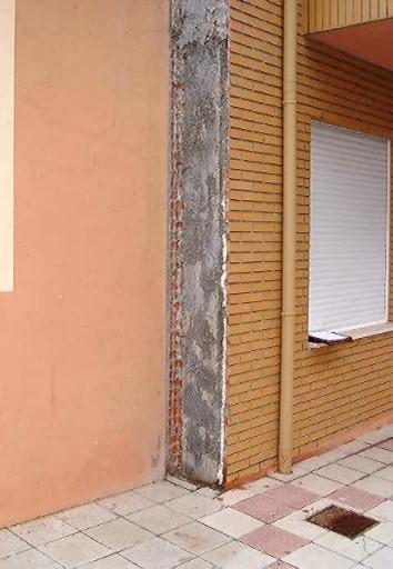 Pilar desprovisto de revestimiento en fachada.