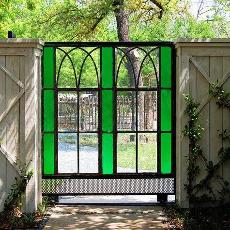 Cerco hecho de vidrio de colores y hierro
