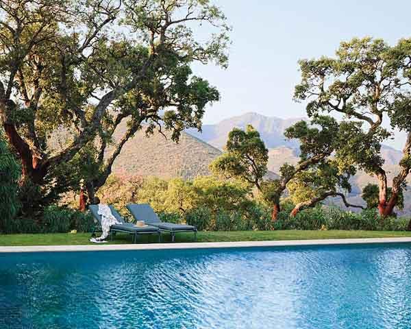 piscina en el jardín con vistas a las colinas